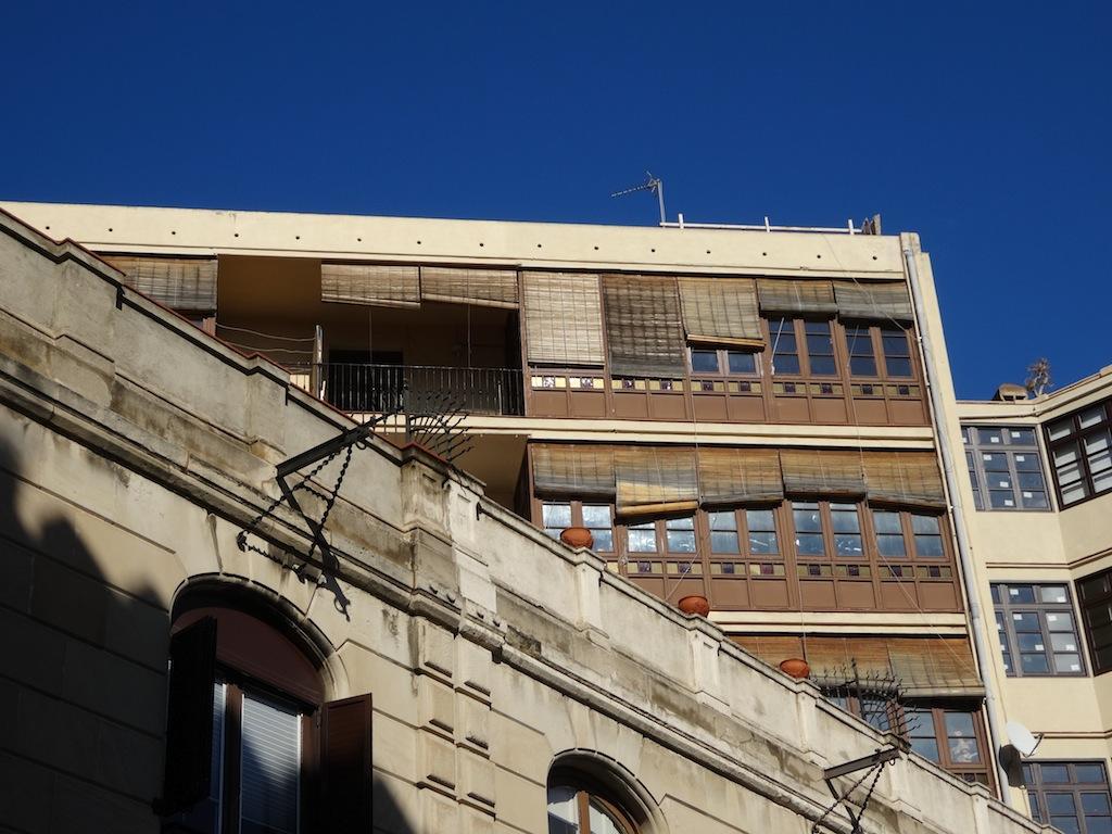 Un balcó sobre el Carrer d'Ortigosa